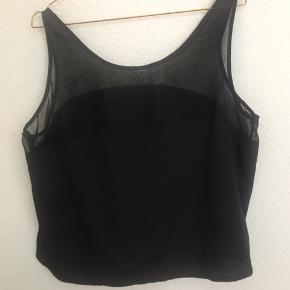 Fin top fra vero moda sælges. Den er brugt få gange, derfor sælges den billigt.  Den har en fin mesh detalje over brystet og skuldre, og med en bue over brystet, så den ikke bliver for afslørende.  Den passes af en M-XL