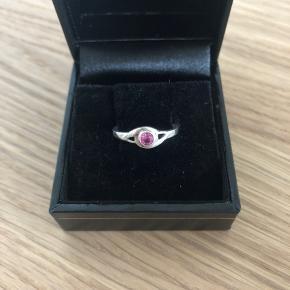 Den sødeste og smukkeste lille sølvring m. krystal i. Måler: 1,5 cm i diameter.  I ringen forekommer der stemplet og ægtheden kan bekræftes hos guldsmed.   Sender gerne mod forudbetaling ellers kan den beses hjemme hos mig   Æske medfølger ikke
