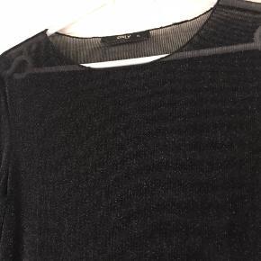Super flot gennemsigtig bluse fra Only. Tætsiddende. Perfekt under andre bluser og t-shirts.