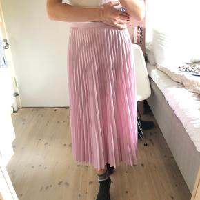 Lyserød plisseret nederdel i str. 36 fra & other stories.  Nederdelen er brugt en enkelt gang, så den fremstår som ny.🌸