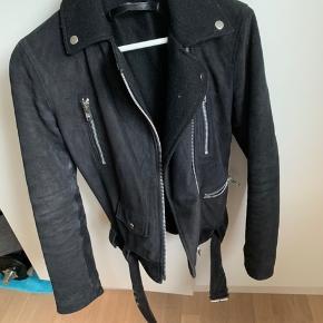 Flot biker jakke med for så den kan sagtens bruges til vinter😊