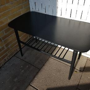 Sofabord af ældre dato sælges.   Købt i genbrug og sprøjtelakeret (af sprøjtelakerer i mat sort).   God stand, men brugt med brugsspor (ridser, afslag)   Kan afhentes i Herning.