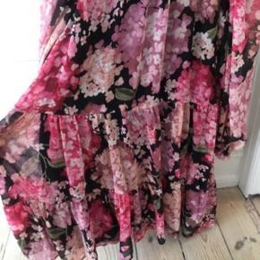 Fineste sommerkjole med blomster Mærke er fjernet. Passer str s Mener at den er fra Zara/H&M