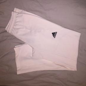 Flotte hvide Adidas bukser. Er desværre for små til mig så kan ikke sende billede med dem på, men du er velkommen til at komme forbi og prøve dem :)