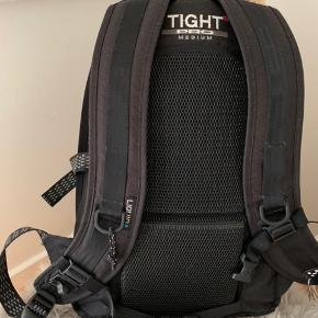 Haglöfs Tight Medium Pro. Har ingen brugstegn udover at den hvide lining er delvist slidt af. Tasken har et padded rygstykke og skulderremme, så den er virkelig behagelig at have på :)