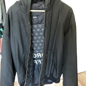 Msfts rep af Jaden Smith Jakken er fra deres thrift kollektion, det betyder at de har designet på en brugt jakke!  Aldrig brugt af mig, men der er stadig nogle misfarvninger!  Det er en onesize jakke (XL)  Nypris: 900kr