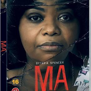 """0567  Ma - Get Home Safe - 2019 - DVD - Dansk Tekst - I FOLIE   Sue Ann er en enspænder i den stille by Ohio. Da en teenager beder hende om at købe sprut, tilbyder Sue Ann, at de unge kan holde fest i hendes kælder. Men der er et par regler: Én skal være ædru. Der må ikke bandes. Gå ikke ovenpå. Og kald hende """"Ma"""".  Det, der startede som en drøm for teenagere, udvikler sig til et frygteligt mareridt, og Mas hjem går fra at være det bedste sted i byen til at være det værste sted på jorden."""
