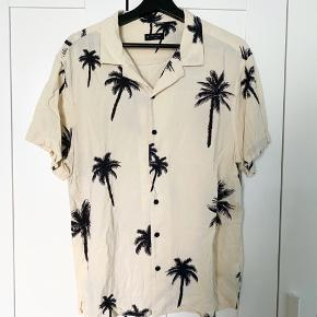 Super fed og let tshirt med knapper og palmetræer fra New Look :)