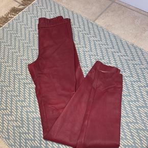 Mega fede ægte læderbukser fra DAY. De er aldrig brugt - og sidder virkelig godt på! De har en fin detalje i siden, med en lynlås.  Køber betaler fragt 📦 og tager ikke billede med dem på. Np 3500