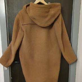 60'er agtig dufflecoat fra det klassiske britiske Montgomery, de oprindelige producenter af netop denne type jakke. Lækker frække i 100% uld og dejligt varm til om vinteren. Frakken har både lynlås og træknapper og har store, rummelige lommer. Der er en smule slitage på lynlåsen i bunden, derfor har jeg vurderet den til at være god men brugt men er ellers købt sidste år, så den fine frakke har kun en enkel sæson på bagen