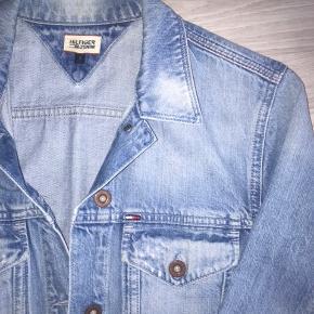 Denim jacket fra Tommy Hilfiger i str. Jakken er i super god stand og måler 65cm i længden. Nypris er 1000,- kom med bud 😊   OBS - Jeg sælger 3 for 2 på siden.