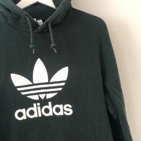 Lækker hættetrøje fra Adidas Originals i grøn. Trøjen har to lynlåslommer på hver sin side af trøjen - spørg for flere billeder  Str. M  Byd