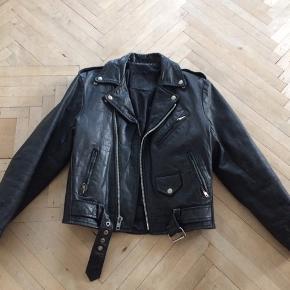 Vintage biker jacket /læderjakke/bikerjakke str s. Kort læderjakke det er vintage så den brugt.  Der er foer i. Alle lynslåse og knapper fuldt ud funktionelle.  Alle lynlåse er YKK