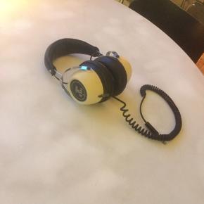 Super fede vintage Lenco k106 headphones, sælges..    Er testet efter, og virker perfekt..    Perfekte til når du gerne vil sidde og høre plader, og ungerne er lagt i seng..    Spiller fantastisk for alderen, og giver den helt rigtige autentiske følelse når du bruger dem..     SE OGSÅ ALLE MINE ANDRE ANNONCER.. :D