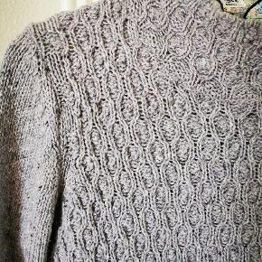 Lækker lyslilla strik i uld. Flot mønster. Kradser ikke. Giv den et nyt hjem og et nyt liv ❤️