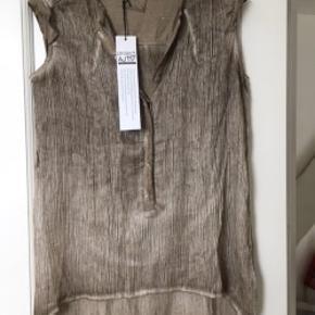 Top, skjorte, tunika uden ærmer. Lækkert materiale.  Sælger meget andet fra samme mærke og andre lækre mærker