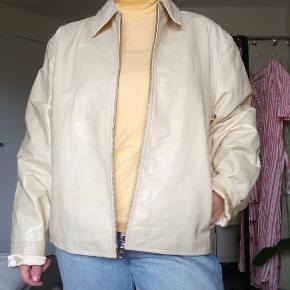 En 2tal sej jakke, i lys læder☀️😋 Den er helt som ny, og aldrig brugt 😋