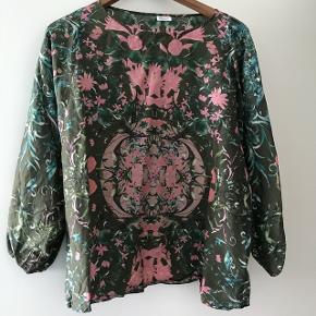 Super smuk bluse med flagermusærmer  i 100% Silke. Kan bruges af en M og måske en lille L.   OBS!  Læs venligst min profiltekst inden du stiller spørgsmål og/eller byder. På forhånd tak 😃