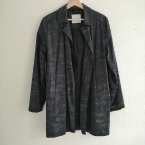 Frakke i mørkeblå camouflage mønster