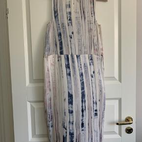 Silke wrap kjole fra Tiger of Sweden