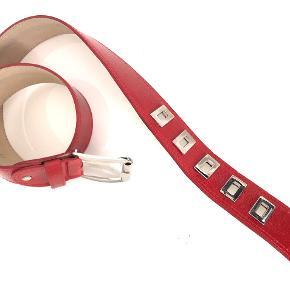 Louisa Spagnoli bælte i rødt laklæder, str. 95, brugt få gange. Betaling via MobilePay foretrækkes. Prisen er incl. forsendelse.