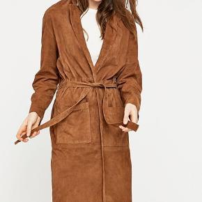 Lang frakke i 100% ruskind fra Selected Femme. Er kun brugt få gange  Nypris 1599,00 DKK