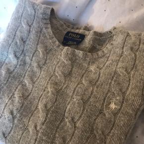 Sælger denne sweater fra Ralph. Den er i et blødt materiale og kradser ikke.