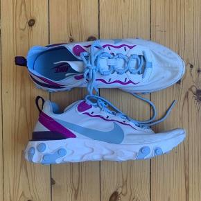 Nike react element 55  Hvid med blå og lilla afmærkninger  Str. 42,5 (US 10.5) Brugt få gange   Nypris: 130 euro