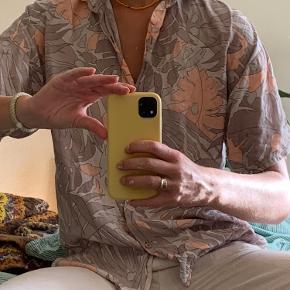 💜Chic retro skjorte💜  🍒 Unika skjorte 🍒 Oversize - passer small-large 🍒 Dejlig blød og luftig  Placering: Aarhus, Trøjborg (Varen kan afhentes på min adresse, hvis ønsket)  Søgeord: Retro, Vintage, 00'er, 90'er, 80'er, 70'er, 60'er, secondhand, genbrug, lopper, lises retro og vintage garderobe