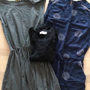Pompdelux kjole marineblå med hvidt mønster. Str 158/164. Brugt få gange.  Finger in the Nose kjole med elastik i taljen. Sort med hvide striber. Str 4XL 14/15 år. Brugt ganske lidt.  Rosemunde blonde bluse. Sort str 14 - meget pæn stand.