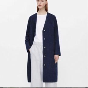 Flot frakke i denim fra COS. Brugt en enkelt gang og fremstår derfor i super fin stand. Str. 34. Nypris 900 kr. Jeg bytter ikke :-)