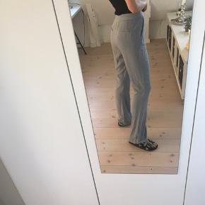 Fede bukser fra NA-KD. Passer en str s-m. Næsten ikke brugt. Som ses på billede 3 er lidt af sygningen på det ene bukseben gået lidt op. Ikke noget der betyder eller gør noget!   Pris: 150 kr  BYD GERNE  Tjek også mine andre varer!!☺️💐🌞
