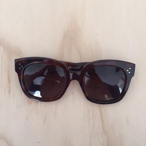 Jeg sælger disse solbriller fra Céline. Modellen hedder New Audrey. De er købt i sommeren 2017 for 2500kr 💫 Byd gerne!   Køber betaler porto