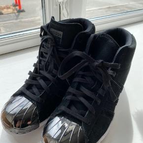 Super fede kilehæl Adidas sneakers i sort ruskind. Aldrig brugt. Str er 38 2/3, men de er små i str og passer almindelig 38.
