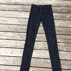 Cos skinny jeans i forvasket sort farve. Str 25, passer xs eller 34. Byd!