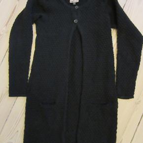 Lang, sort Pompdelux cardigan, str. 134. Blød og lækker. Sælges for 100 kr. pp, men KUN via Mobilepay.