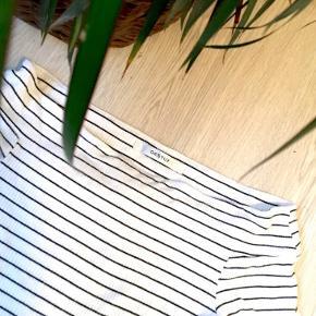 Stribet Gestuz bluse med korte ærmer.  Kan også bruges som off-shoulder bluse ✨   Str. small  85kr   Kan afhentes i Århus C eller sendes 🌻