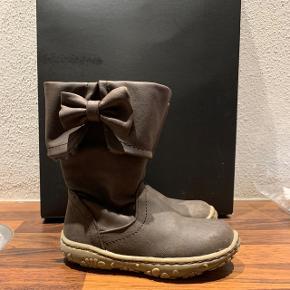 Fine brune støvler med foer og lille sløjfe på siden. Brugt meget lidt.