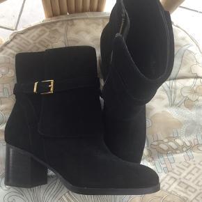 Smukke helt nye støvler, købt i foråret 2019, men aldrig brugt, da de desværre er for store til mig. Hælen er bred og fornuftig  En fantastisk støvle som kostede 1995,00 da jeg købte dem