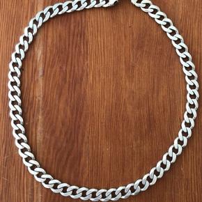 Jeg sælger denne lækre 925 Sterling sølv halskæde, der har været til stor glæde for mig! Den er 65cm lang.