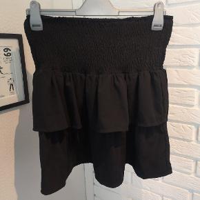 Sælger denne fine sorte nederdel fra Ichi i str. Large. Den er ik brugt ret meget, men elastikken vender den forkerte vej, men det kan rettes eller fejler den intet.