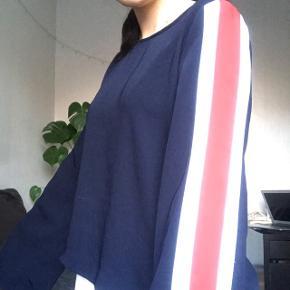 Mørkeblå trøje med trompetærmer og streger i farverne rød og hvid i siden.   Fin stand  Kan sendes med DAO