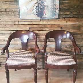 2 stk gamle flotte stole Mørk rød farve  Stofbetræk- (ingen huller:)  Pr stk 250kr Som sæt 400kr