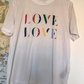 T-shirt med print fra pieces - ikke stor i størrelsen.