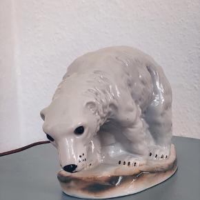 Rigtig sød vågelampe - isbjørnen lyser ud igennem hele kroppen nogen steder mere end andre pga af porcelænets tykkelse 🌈 - uden skår.   Sender gerne 💌