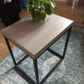 Bord i beton look. Med sorte ben. Robust og tungt. Købt i svensk møbelforretning. Fejler intet. 40x50 cm. 54 cm høj Kan bruges både som nat,side og sofabord