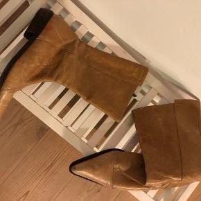 Retro spids støvle fra Isabell købt i butikken i Lyngby. Har tydeligt patina og mærker. Pris sat derefter.