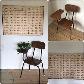 Absolut fedeste stol med sidebord fra 50erne. Siddehøjde 45 cm. Pris 450,- kr. Super fed og dekorativ gammel stavetavle. 2 forskellige haves. H69 B98 cm. Pris 500,- kr.