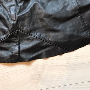Læder-vintage-nederdel. Klippet kortere. Der står str 40 i, men jeg synes den er mindre i nutidig str.  Se også mine andre annoncer - giver mængderabat (: