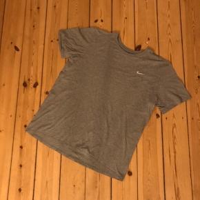 Fed grå tshirt fra Nike med broderet logo. Str. L men lille i størrelsen. En god klassiker 🌼